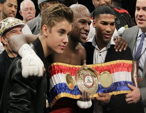 "Boxing champ Floyd ""Money"" Mayweather Jr., center, poses with pop singer Justin Bieber and Cuban boxer Yuriyorkis Gamboa (Image: File)"