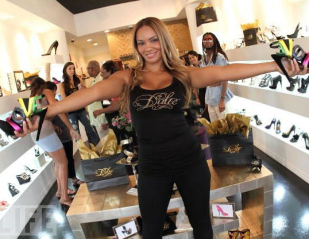 evelyn lozada holding shoes at dulce