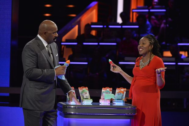 """STEVE HARVEY'S FUNDERDOME - """"Episode 102"""" - The seed-funding competition reality series """"Steve Harvey's FUNDERDOME,"""" featuring two aspiring inventors going head-to-head to win over a live studio audience to fund their ideas, products or companies, airs SUNDAY, JULY 30 (9:00-10:00 p.m. EDT), on The ABC Television Network. (ABC/Lisa Rose) STEVE HARVEY, TARA DARNLEY (YUMMY MITT TEETHING MITTEN)"""