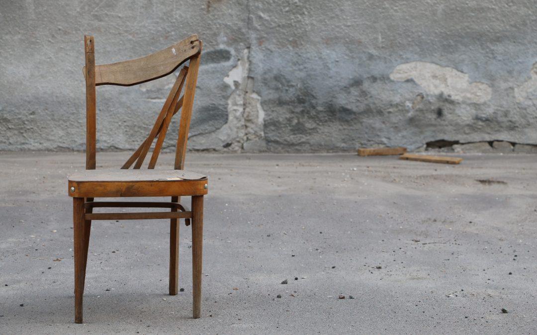 Rüyada Kırık Sandalye Görmek ve Ayağı Kırık Olması
